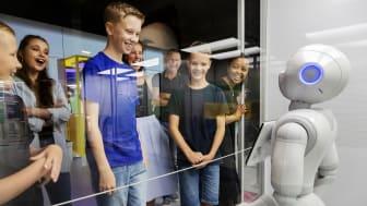 """Robotar fascinerar de allra flesta – här ber humanoiden Pepper om en kamratlig """"fist bump""""."""