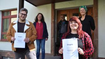 Fröhliche Gesichter bei der Zeugnisübergabe (von links, vorne) Jonathan Lohr und Larissa Decher, dahinter (von links) Lisa Franz, Philippe Crosnier de Bellaistre und Ulrike Würzberg von der Hephata-Akademie für soziale Berufe.