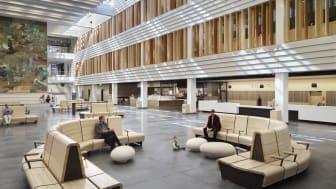 Huvudentrén på Nya Karolinska Solna med specialritade soffor och bänkar i massivt trä.