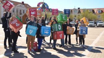 Vad är det för boxar medarbetare från Kungsbacka kommun håller i? Jo det är Agenda 2030, Förenta Nationernas globala hållbarhetsmål. Mål som Kungsbacka arbetar aktivt med.