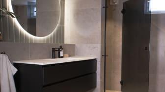 Mustat kylpyhuonekalusteet