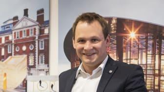 Andreas Amorth, Prokurist von ZÜBLIN Timber, mit dem Preis Top100 (Copyright: ZÜBLIN)