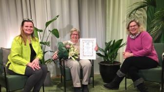 Ingeli Åkerberg tilldelas utmärkelsen Trädgårdens eldsjäl 2020. Från vänster Inger Ekrem, Ingeli Åkerberg, Gunnel Carson.