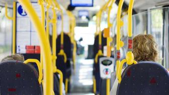 Nå fjerner Ruter gradvis klistremerkene på setene, slik at passasjerer kan ta i bruk flere seter og spre seg mer i transportmidlene. Foto: Ruter As / Fotograf Nicky Twang