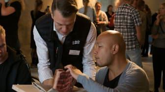 Per Idlund, sortiment- och inköpschef på Martin & Servera, diskuterar produktkvalitet med Sayan Isaksson