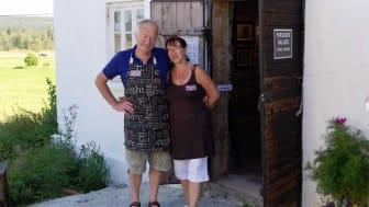 Carl-Eric och Eva Persson hälsar välkomna till Perssons Magasin i Västra Löa.