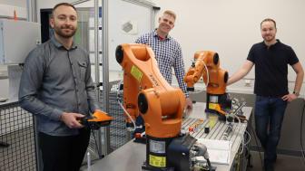 Nikolaj Merkel, Andreas Janzen und Thorben Kalkuhl (v.l.) entwickelten die Roboteranlage im Rahmen einer Projektarbeit am Berufskolleg Technik in Siegen.
