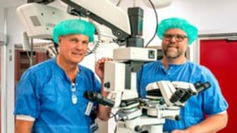 Michael Gårdebäck och Jonas Lübcke vid mikroskop i operationssal_ portratt 330x476.jpg