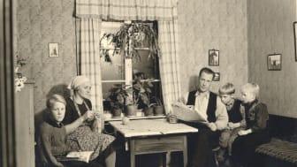 Tusentals skolbarn deltog i insamlingen som ägde rum 1942. Bland andra Torbjörn, här med sin familj i Jämtland. Foto: Nordiska museet.