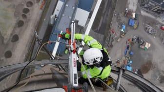 Provtagning av betong på 120 meters höjd.
