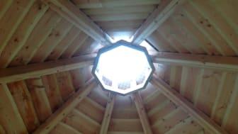 Grillhus med rökhål i taket