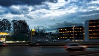 Hydrogenstasjonen ligger kun et stenkast fra Powerhouse Kjørbo, hvor strømmen produseres fra solceller. Fotomontasje: Asplan Viak.