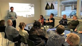 Martin Brink, driftschef i FødevareBanken i Kolding, fortæller her om FødevareBankens arbejde til første introduktionsmøde for frivillige.