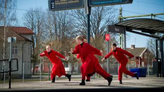 Kompani Catapult dansar på stationen i Vara.
