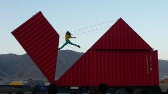 I föreställningen Origami får publiken se dansaren och akrobaten Satchie Noro balansera på en gigantisk container som sakta ändrar form.