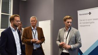 Digitaliseringsminister Nikolai Astrup (t.v.) får høre hvordan Norconsult jobber digitalt i prosjekter fra konsernsjef Per Kristian Jacobsen (i midten) og BIM-strateg Gjermund Dahl.