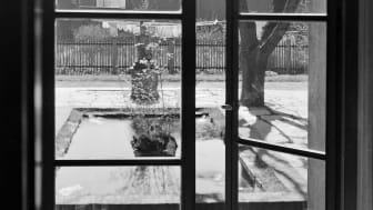 Kunstnerduoen Hertling & Andreassen inviterer publikum til å oppleve museumsbygget, historien og kunsten med et nytt blikk. Trondhjems kunstforening - hagen, 1946. Foto: Schrøder / Sverresborg Trøndelag Folkemuseum.