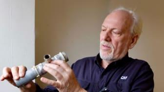 Björn Carlsson, QTF, inspekterar korrosionsskador som lett till läckage i värmesystem