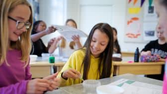 Kemins dag 2019. Signe och Linn, klass 5, Fryxellskolan i Västerås gör årets experiment