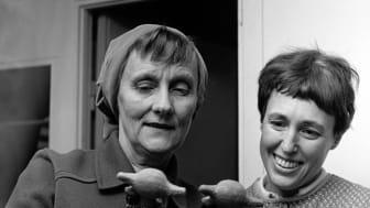 Astrid Lindgren och Lisa Larson i Keramikstudion, Gustavsberg. Foto: Hilding Engströmer, Gustavsbergssamlingen/Nationalmuseum