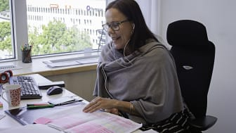 Pia Lundgren intervjuar en deltagare via telefon.