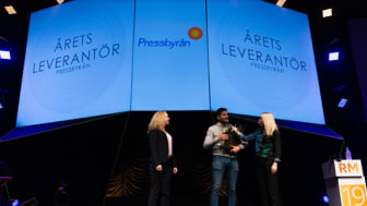 "Candy Peoples Key Account Manager Jammin Abugalala tar emot priset ""Årets Leverantör"""
