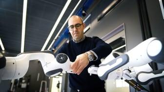 Federico Pecora, AI-forskare vid Örebro universitet, är en av dem som arbetar med att automatisera robotarmarna.