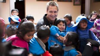 Dieter Nuhr in Bolivien mit Kindern, die von den SOS-Kinderdörfern weltweit unterstützt werden. Jetzt hat der Comedian eine Spendenaktion für die Kinder gestartet. Foto: RTL/Daniel van Moll