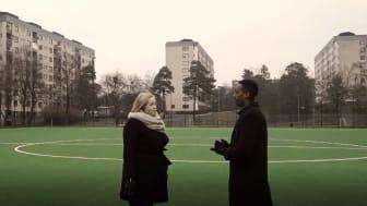 Ökad trygghet, fler i sysselsättning och minskad ojämlikhet. Sarah Pettersson, relationsförvaltare Stena fastigheter och Abel Abraham, CSR-ansvarig Hammarby Fotboll pratar om Samhällsmatchen på en fotbollsplan i Bredäng, Stockholm.