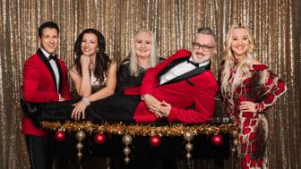 Tony Irving underhåller, tillsammans med Sonja Aldén, David och Malin Watson och pianisten Maria Johansson på casinot i Stockholm.