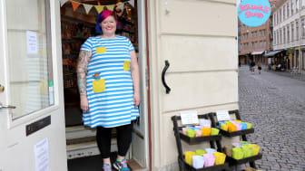 Sofie Kastensson jobbar på Kawaii och under sommaren har det varit full aktivitet i butikens webbshop.