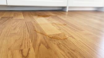 Vatten på golvet i ett kök