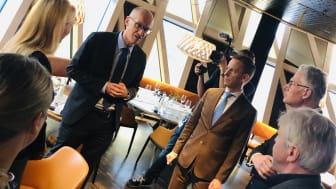 MSDs Europachef Cyril Schiever och Nordenchef Jacob Tellgren träffar professor Birgitta Henriques-Normark, professor Jan Andersson samt ansvarig för näringslivskontakter vid Karolinska Institutet Richard Cowburn.