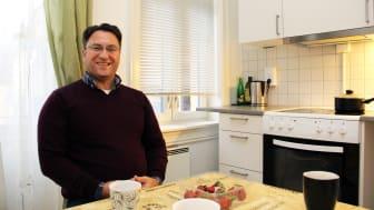 I vinter har Denny fått nytt bad og kjøkken, og mye bedre ventilasjon i leiligheten sin. (Foto: Boligbygg)