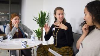 Emma Hernejärvi, Sofia Nordin och Nadira Nechma diskuterar texter under höstens scriptural reasoning-cirkel.