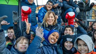 Olympiern och boxaren Anna Laurell Nash berättar för barn om Jorden Runt-loppet för en bättre värld.