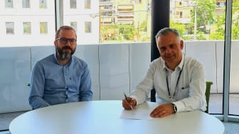 Maran Gas Maritime's Andreas Spertos (EVP, Technical Director) and Spyros Gertsos (Senior Fleet Manager, Technical Department) sign the contract to roll out KONGSBERG's K-IMS solution to the entire fleet