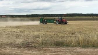 Strukturkalkning förbättrar odlingsjorden och minskar förlusten av fosfor. I flera åtgärder som vattenmyndighetens föreslår förväntas det att jordbrukare ska genomföra det arbete som ger effekt i vattenmiljön. Foto: Dennis Wiström.