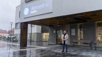 Anette Karlsson, chef för närvårdskliniken, framför nya Vårdcentrum Finspång. Foto: Patrik Ljungqvist, Play reklam