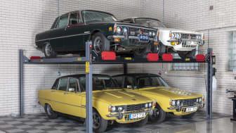 Bilentusiast – utan utrymme hemma? Lyft bilarna till nya höjder, med Verktygsbodens parkeringslyft för fyra bilar.
