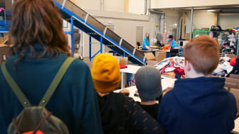 Skolungdomar på besök i Wargön Innovations test- och demoanläggning i samband med Textiljakten.