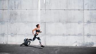 Avancerad smartwatch för löpning och triathlon som ger detaljerad data om din prestation