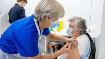 Healthcare support worker Lilian Berry gives the Covid vaccine to former mayor Sheila Magnall.