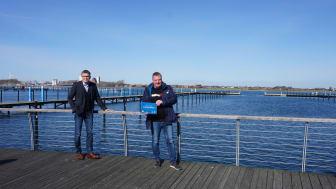 Tourismusdirektor Oliver Behncke und Hafenmeister Ralph Becker freuen sich über die 4-Sterne-Zertifizierung des Yachthafens in Burgtiefe © Tourismus-Service Fehmarn_Lina Rotte