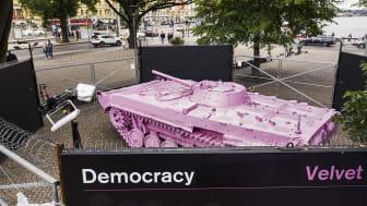 Den tjeckiske konstnären David Černýs verk Pink Tank ställs ut på Raoul Wallenbergs Torg under september