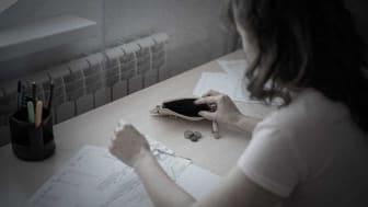 """""""Ökar personens möjligheter att bli frisk och uppnå självförsörjning om hen stressas av att inte ha pengar till hyra, bli av med elen, inte kunna ge ungarna mat?"""" Foto: penyushkin (AdobeStock.com)"""