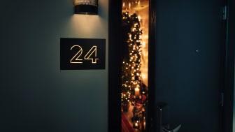 Idag öppnar Haymarket by Scandic tillsammans med Blossa, upp dörren till Rum 24, ett unikt hotellrum som inretts till bredden med exklusivt julpynt, braskamin och känslan av att fira jul i kubik, redan i oktober.