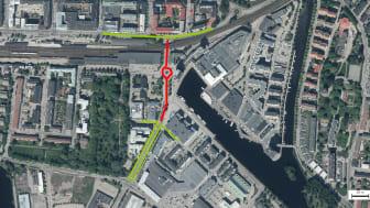 Grönt streck visar var du kan köra med bil. Rött streck visar var det är avstängt. Räddningstjänst, större godstransporter, turisttåg, gående och cyklister kommer ta sig fram i byggområdet.