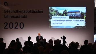 apoBank-Chef Ulrich Sommer begrüßt die rund 500 Gäste im Düsseldorfer Ständehaus