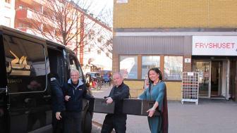 Aida Alakrawi, verksamhetsansvarig för Barn till ensamma mammor och Nikola Asancaic från Fryshuset tar emot dagens lunch som levereras av Harun Ileri och Mahmoud Gazawi från restaurang Laziza i Dockan, Malmö.